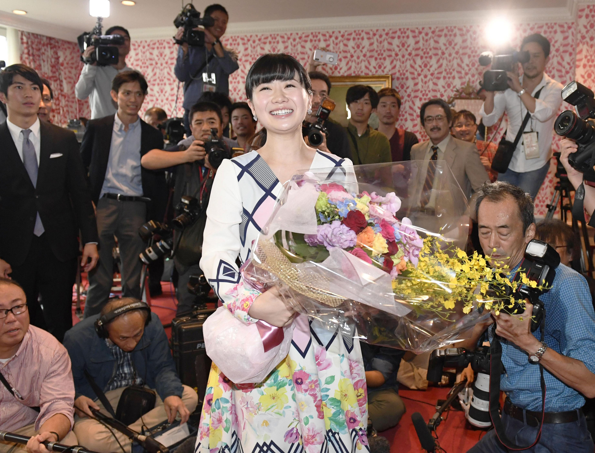 Ai Fukuhara holds a bouquet at an Oct. 23 news conference to discuss her retirement from professional table tennis. | KYODO