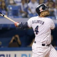 Swallows slugger  Wladimir Balentien watches his two-run home run leave the yard in the first inning of Tuesday's game against the BayStars at Jingu Stadium. Tokyo Yakult defeated Yokohama 3-2. | KYODO