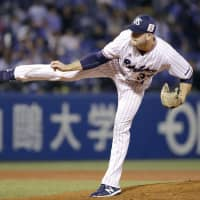 Swallows starter Matt Carasiti fires a pitch to a BayStars batter on Wednesday at Jingu Stadium. Tokyo Yakult edged Yokohama 2-1. | KYODO