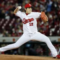 Carp hurler Aren Kuri pitches against the Giants in Game 3 on Friday. | KYODO