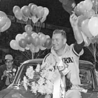 Daiei Hawks pitcher Joe Stanka celebrates after being named MVP of the 1964 Japan Series. Stanka died on Monday at age 87. | KYODO