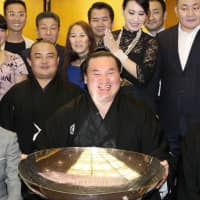Hakuho became the 14th straight yokozuna to win in Fukuoka when he captured the 2017 Kyushu Basho. | KYODO