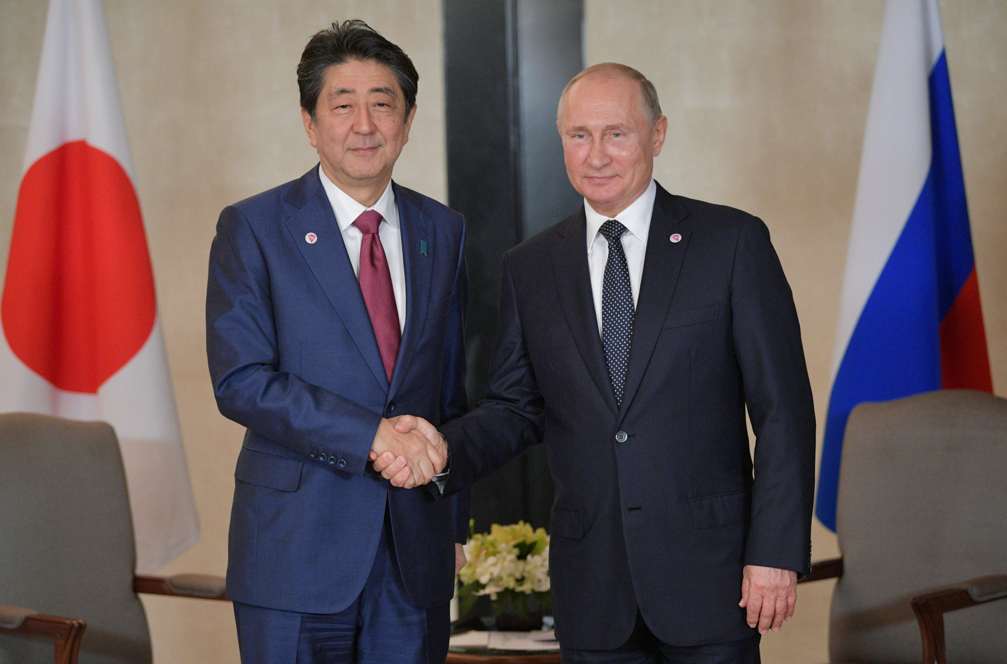 Japanese Prime Minister Shinzo Abe (left) and Russian President Vladimir Putin attend a meeting on the sidelines of the ASEAN-Russia Summit in Singapore Wednesday. | SPUTNIK / ALEXEI DRUZHININ / KREMLIN / VIA REUTERS