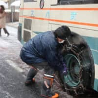 Japanese government mulling plan requiring use of tire chains during heavy snows