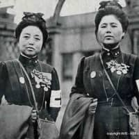 Nurses from the Japanese Red Cross Society pose for a photo in Paris in 1915. | AVB-ASB (CAPGM100) / PUBLIC DOMAIN
