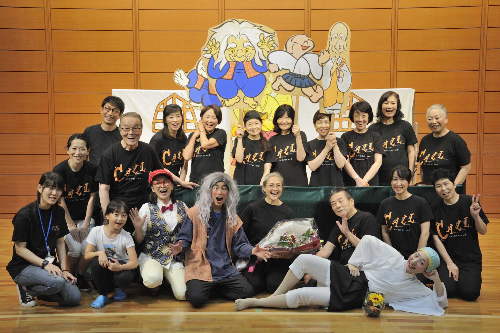 Developmental stages: Julia Yermakov (center, holding bouquet) and the Circle of Acting for Learning Languages use interactive performances to get Japanese kids interested in English. | SETSUKO HARA