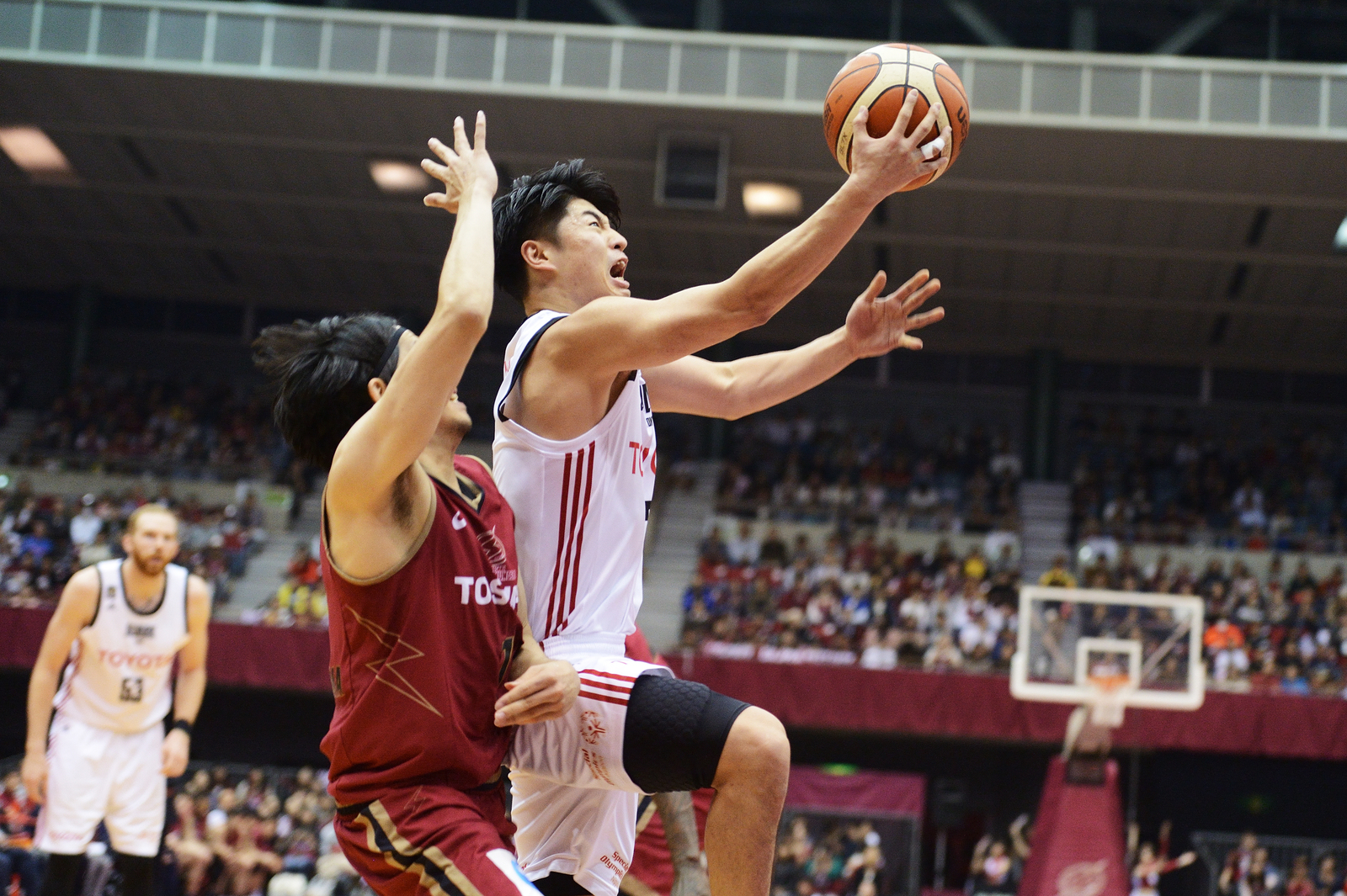 Alvark guard Seiya Ando attempts a layup in the third quarter against the Brave Thunders on Sunday at Todoroki Arena. Tokyo defeated Kawasaki 87-70. | B. LEAGUE
