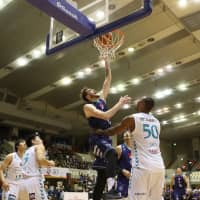 Fukuoka's Benjamin Lawson attacks the basket in the second quarter on Saturday against visiting Kyoto. The Rizing Zephyr won 100-47 for their first victory of the season. | B. LEAGUE