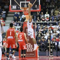 Ryukyu center Josh Scott dunks in the fourth quarter of Saturday's game against Chiba. The visiting Golden Kings beat the Jets 86-84. | B. LEAGUE