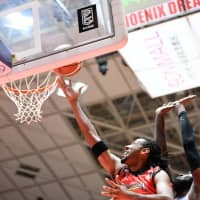 San-en's Josh Childress attempts a fourth-quarter layup on Saturday against Shiga. Childress made his B. League season debut in the game and finished with 30 points. | B. LEAGUE
