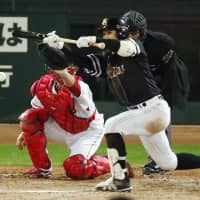 The Hawks' Tetsuro Nishida knocks in his team's first run with a squeeze bunt in the fourth inning. | KYODO