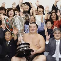 Yokozuna Hakuho clinched his 41st Emperor's Cup in September. | KYODO