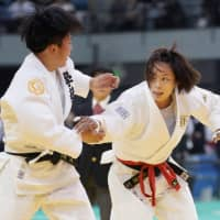 Kaori Matsumoto (right) fights in the first round of the Kodokan Cup on Sunday in Chiba. | KYODO