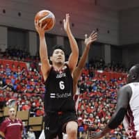 Japan's Makoto Hiejima drives to the basket in the first quarter of Friday's game against Qatar. | KYODO