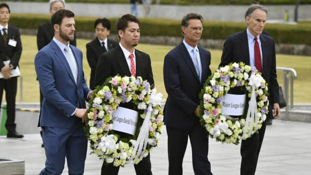MLB All-Stars lay wreaths at Hiroshima Peace Memorial Park