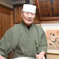 Chanko restaurant owner and former sumo wrestler Shigeo Okabe shows off the chanko nabe at his restaurant Chiyonoumi in January of last year. The Fukuoka eatery closed the following month after 42 years in business. | KYODO