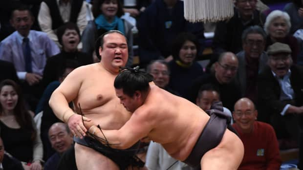 Second straight loss for yokozuna Kisenosato at Kyushu Basho