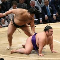Kyushu Basho title to be decided on final day