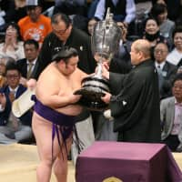 Takakeisho claims title on final day