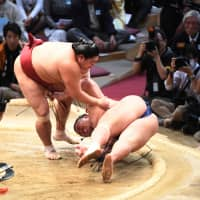 Abi (left) wins a battle of maegashira with Asanoyama on Friday in Fukuoka. | NIKKAN SPORTS