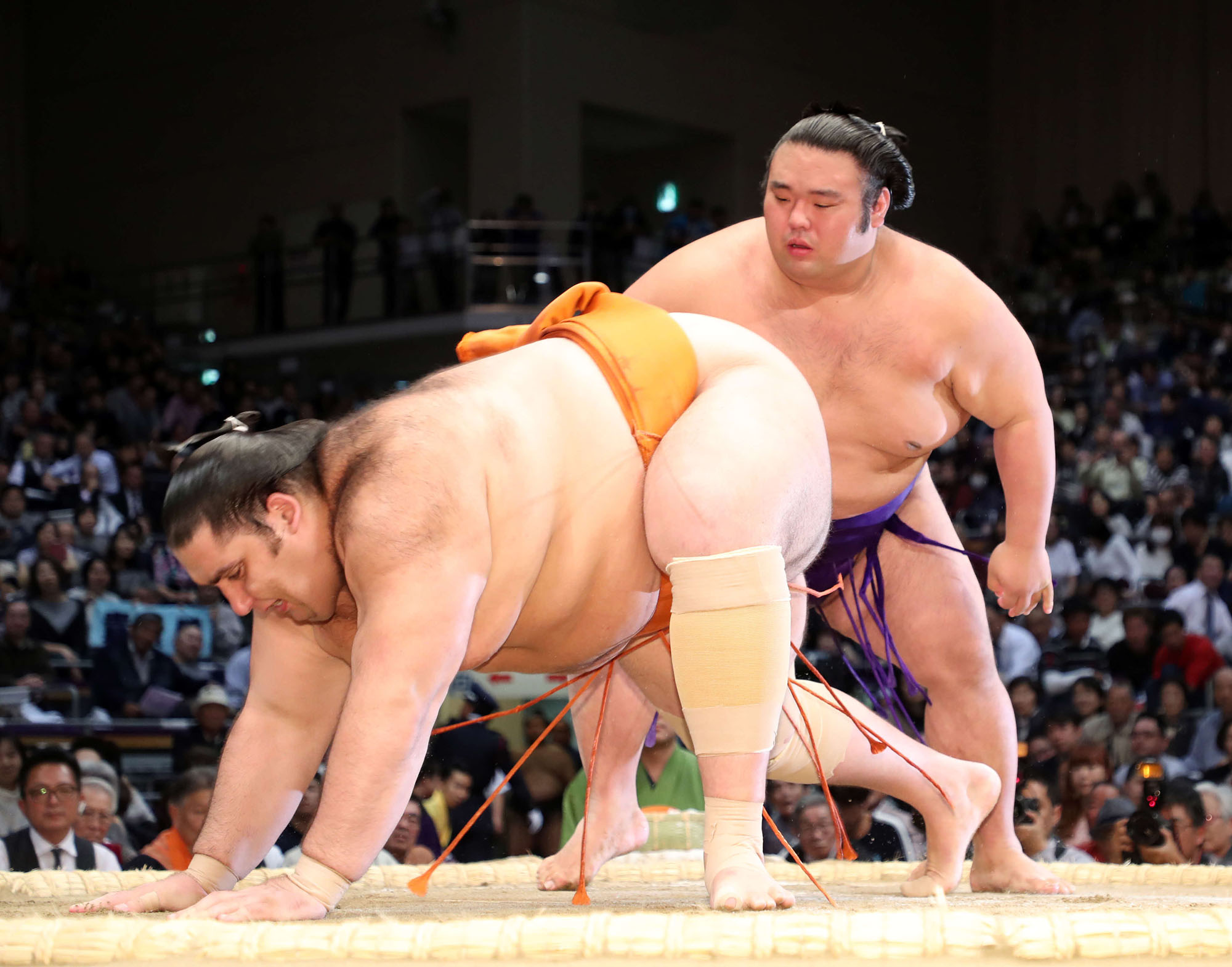 Takakeisho defeats fellow komusubi Kaisei at the Kyushu Grand Sumo Tournament on Friday. | NIKKAN SPORTS