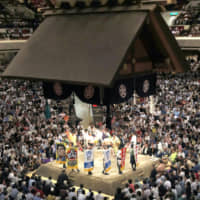 The tsuriyane (raised roof) that hangs over the dohyo at Grand Sumo tournaments weighs 5.9 metric tons. | KYODO
