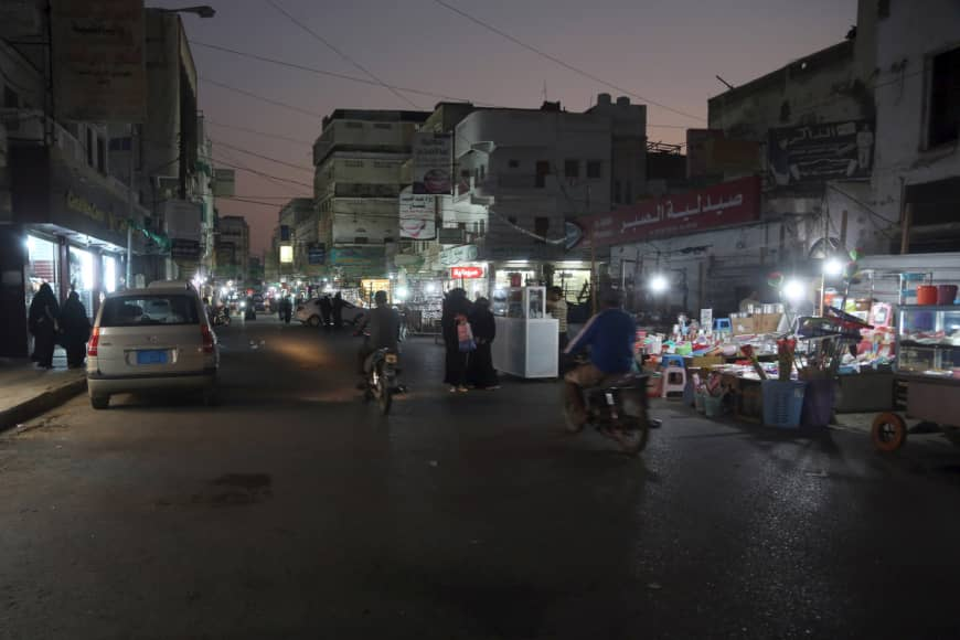 A picture taken Monday shows street vendors at a market in the Houthi-held Red Sea port city of Hodeida, Yemen. | AFP-JIJI