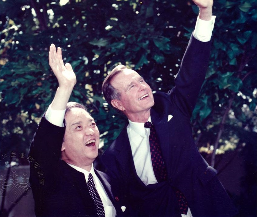 Then-Prime Minister Toshiki Kaifu and U.S. President George H.W. Bush wave as they meet at the White House in 1989. | TOSHIKI KAIFU POLICY RESEARCH GROUP / VIA KYODO