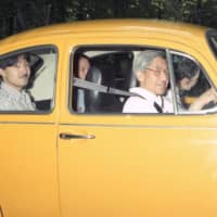 Emperor Akihito takes Empress Michiko and Prince Akishino for a drive at the Imperial Villa in Nasu, Tochigi Prefecture, in September 1989. The Emperor said he will not renew his driver's license, which expires in January. | IMPERIAL HOUSEHOLD AGENCY / VIA KYODO