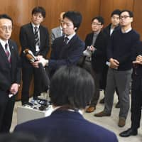 Kenji Kanasugi (left), director-general of the Asian and Oceanian Affairs Bureau of the Foreign Ministry, speaks to reporters in Seoul on Monday, after holding talks with South Korean counterpart Kim Yong-kil over the alleged locking of a South Korean warship's fire-control radar onto a Japanese patrol plane in the Sea of Japan. | KYODO