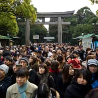 Crowd control: People gather at Meiji Shrine for hatsumōde (first prayers). | CC BY-NC 2.0 / Nokton