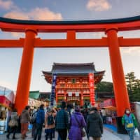 Starting the year off with a Shinto custom: People enter Fushimi Inari Taisha shrine in Kyoto to pray on New Year's Day. | GETTY IMAGES
