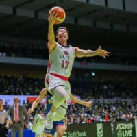 Akita's Takuya Nakayama shoots a layup in third quarter against Hokkaido on Friday night in Sapporo. The Northern Happinets defeated the Levanga 84-78 in overtime. | B. LEAGUE