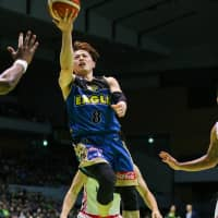 Hokkaido's Asahi Tajima attempts a scoop shot in the second quarter on Friday. | B. LEAGUE