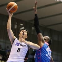 San-en's Atsuya Ota puts up a third-quarter shot as Shiga's D'or Fischer defends on Saturday in Otsu, Shiga Prefecture. Ota scored 12 points in the NeoPhoenix's 69-60 victory over the Lakestars. | B. LEAGUE