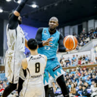 Kyoto's Julian Mavunga passes the ball in the second quarter against Mikawa on Saturday at Hannaryz Arena. The Hannaryz defeated the SeaHorses 107-100 in double overtime. | B. LEAGUE