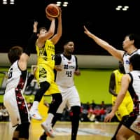 Shibuya's Tomoya Hasegawa attempts a jumper in the fourth quarter against San-en on Sunday at Aoyama Gakuin University Memorial Hall. Hasegawa scored all eight of his points in the fourth in the Sunrockers' 80-57 win over the NeoPhoenix. | B. LEAGUE