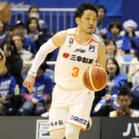 Niigata's Shinsuke Kashiwagi dribbles the ball in third-quarter action against host Mikawa on Saturday. The Albirex beat the SeaHorses 86-77. | B. LEAGUE