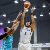 Mikawa's Kennedy Meeks shoots a first-quarter jumper on Saturday. Meeks finished with 37 points. | B. LEAGUE