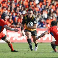 Suntory's Yusuke Kajimura carries the ball against Kubota on Saturday in a Japan Rugby Top League match at Prince Chichibu Memorial Rugby Ground. | KYODO
