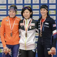 Women's 1,500-meter winner Miho Takagi (center) poses with runner-up Ireen Wust (left) and third-place finisher Brittany Bowe after the race on Saturday in Tomaszow Mazowiecki, Poland. | KYODO