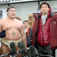 Takanoiwa (left) and former stablemaster Takanohana faced questions about violence in a year filled with many incidents. | KYODO