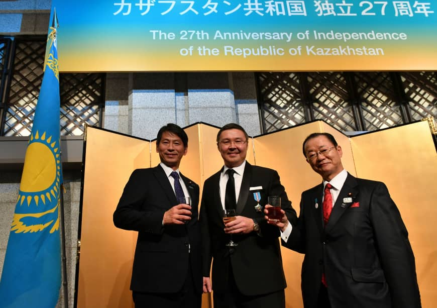 Kazakhstani Ambassador Yerlan Baudarbek-Kozhatayev (center) gives a toast with Kenji Yamada (left), parliamentary vice-minister for foreign affairs, and Takeo Kawamura (right), chairman of the Japan-Kazakhstan Parliamentary Friendship League, during a reception to celebrate Kazakhstan