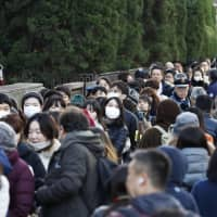More than 1,000 people line up for the 14 available public courtroom seats in the hearing of ousted Nissan chief Carlos Ghosn at the Tokyo District Court on Tuesday. | KYODO