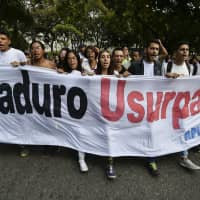 Venezuelans take to the streets at noon to pressure Maduro to step down