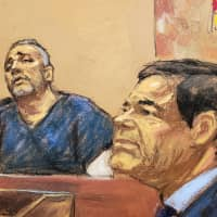 Alex Cifuentes, a close associate of the accused Mexican drug lord Joaquin 'El Chapo' Guzman (right), is seen testifying in this courtroom sketch in Brooklyn federal court in New York Tuesday. | JANE ROSENBERG / VIA REUTERS