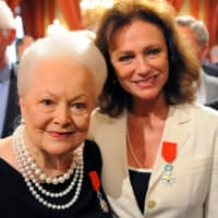 Actresses Jacqueline Bisset (right) and Olivia de Havilland pose together after they were awarded with the Legion d'honneur during a ceremony at the Elysee Palace in 2010 in Paris. | REUTERS