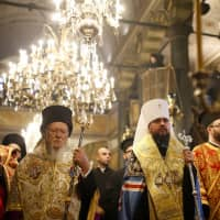 At Istanbul ceremony, ecumenical patriarch signs decree granting independence to Ukrainian Orthodox church