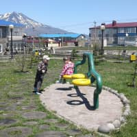 Children play in a park on the island of Etorofu last May. Russia invested ¥48 billion from 2007 through 2015 to build social infrastructure such as roads, ports and housing on the four disputed islands.   KYODO