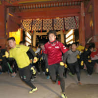 Runners, including eventual winner Yuki Yamamoto (left), on Thursday sprint toward the main hall of Nishinomiya Shrine in Hyogo Prefecture in hopes of earning this year's title of 'Lucky Man.'   KYODO